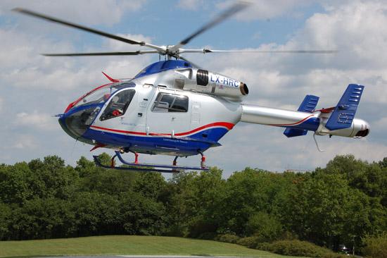 """Kommt regelmäßig in Deutschland zum Einsatz: der Rettungshubschrauber """"Air Rescue 3"""" der LAR (hier die LX-HRC am 2. August 2012 an der BG-Unfallklinik in Ludwigshafen)"""