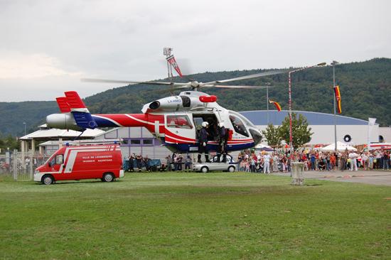 """Bei Übungen bzw. zu Demonstrationszwecken ein gern gesehener Gast: der Luxemburger RTH """"Air Rescue 1"""" (hier die LX-HMD mit zwei Höhenrettern der Berufsfeuerwehr Luxemburg am 19. August 2006 auf dem Messegelände in Trier)"""