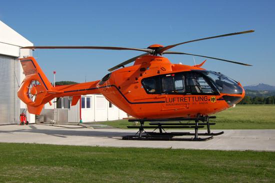 """Eigentlich kaum zu übersehen: der """"Retter in Orange"""" (hier der ZSH-RTH """"Christoph 17"""" an seinem Ausweichstandort am Flugplatz in Kempten-Durach)"""