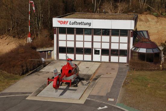 """... und landet an seiner sich im Umbau befindlichen Station am Leonberger Kreiskrankenhaus: """"Christoph 41"""", der Rettungshubschrauber für die Region Stuttgart"""