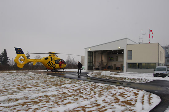 """Das von Grund auf renovierte ADAC-Luftrettungszentrum an der Ochsenfurter Main-Klinik erstrahlt am diesjährigen """"Tag der Luftrettung"""" bereits im neuen Glanze. """"Im Schlepptau"""" des herausgefahrenen RTH: ein Reporter des BR"""