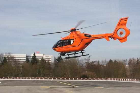 """Weiterhin im Einsatz: die EC 135 T2i, hier """"Christoph 29"""" beim Abflug in Hamburg"""