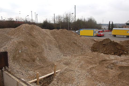 Das künftige Luftrettungszentrum befindet sich am Rande eines Industriegebiets und in unmittelbarer Nachbarschaft zu den Gleisanlagen der Deutschen Bahn AG