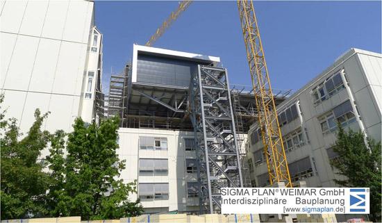 Durch die Stationierung auf dem Dach wird in Zukunft kein Umlagern des Patienten mehr notwendig sein, per Aufzug geht es direkt in den Operationssaal oder in das Herzkatheterlabor