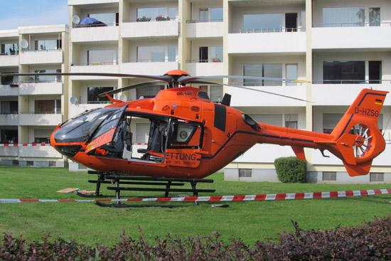 Der Pilot von Christoph 13 konnte die Maschine auf einer Wiese notlanden, erkennbar ist, dass der Hubschrauber im hinteren Bereich stärker in die Erde eingesackt ist