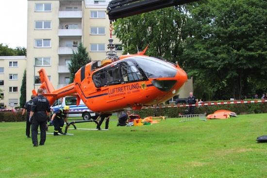 Unterstützung der Bergung durch das THW: Helikopter am Haken, Rotorblätter demontiert