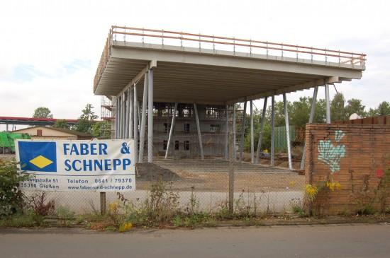 Filigran und zugleich erhaben zeigt sich das im Bau befindliche künftige Luftrettungszentrum Gießen der Johanniter (hier der Blick von der Margaretenhütte auf die Landeplattform)