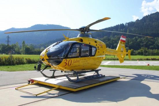 """Die Maschine """"OE-XVB"""" an der Station in Innsbrück mit den Aufklebern zur 30 Jahr Feier von Christophorus 1"""