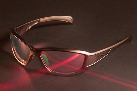 Der Preis einer Brille soll bei etwa 500 Franken liegen, wobei Großabnehmer vermutlich Mengenrabatt erhalten werden