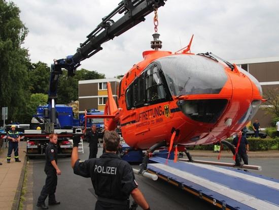 """Einen Tag nach ihrer harten Landung wird die """"D-HZSG"""" auf einen Schwerlasttransporter verladen"""
