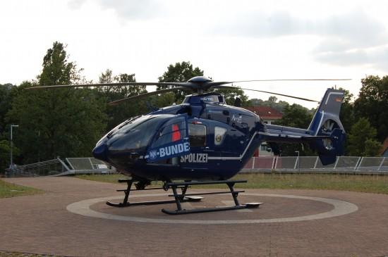 """Unmittelbar nach dem Unglück setzt die Bundespolizei eine blaue EC 135 T2i als """"Christoph 13"""" ein (hier die """"D-HVBA"""" auf dem Sonderlandeplatz am Bielefelder Klinikum Mitte)"""