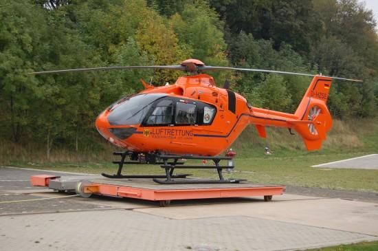 """Die Bundespolizei setzt schon kurze Zeit später wieder eine orange EC 135 T2i als """"Christoph 13"""" ein (hier: die ebenfalls mit einem IBF nachgerüstete """"D-HZSE"""" am 8. Oktober 2013 auf der Rosenhöhe)"""