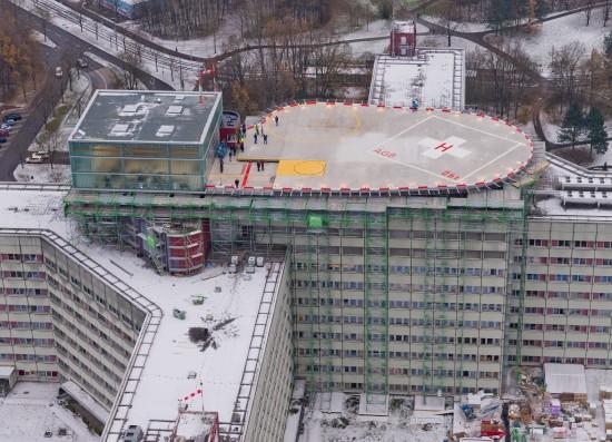 Beeindruckend: der Blick aus dem Hubschrauber auf den neuen Dachlandeplatz des Augsburger Klinikums