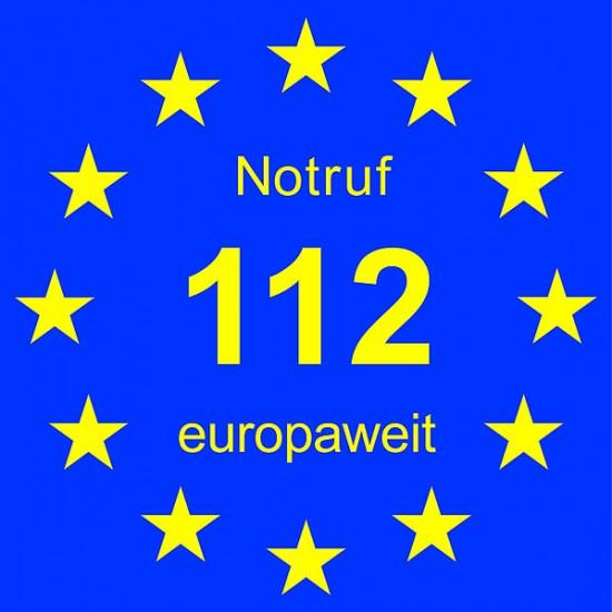"Prangt bereits seit Längerem an bodengebundenen Rettungsmitteln: der blau-gelbe Aufkleber ""Notruf 112 europaweit"""