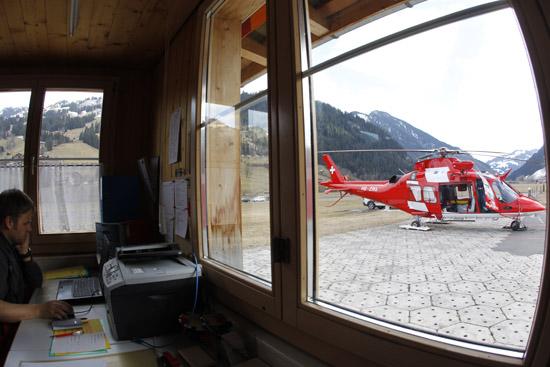 Blick aus dem alten Gebäude auf den Hubschrauber