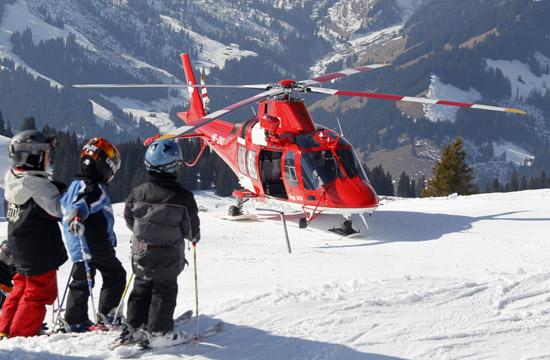 """Inzwischen fliegt auch an der Station in Zweisimmen regulär eine Agusta Westland Da Vinci, hier als """"Rega 14"""" im Einsatz"""