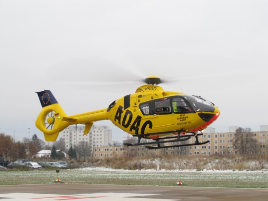 """Als Stammmaschine fliegt am Augsburger ADAC-Luftrettungszentrum """"Christoph 40"""" künftig die D-HKGD (hier beim Pressetermin am 28. November 2013 noch am alten Landeplatz)"""