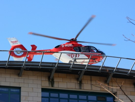 """Pressefotos zeigen, dass es sich bei der betroffenen EC 135 um die """"D-HDRL"""" handelt, die als """"Christoph 46"""" eingesetzt war. Hier ein Foto der D-HDRL im Einsatz an einer Klinik in Halle"""