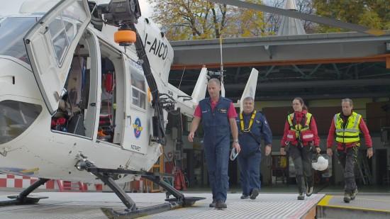 Die Besatzung am Standort in Bozen (Italien) auf dem Weg zu einem neuen Einsatz