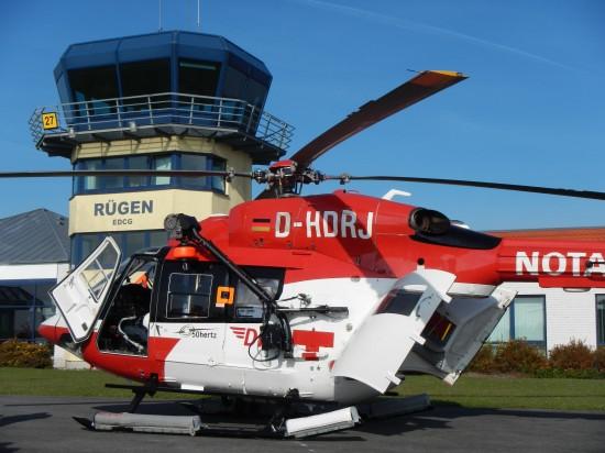 """Ob """"Air Ambulance 02"""" der DRF Luftrettung (siehe Foto) wirklich der betroffene Helikopter ist, war am Abend des 28. Februar noch unklar. Das Bild zeigt die Maschine in Jahr 2013"""