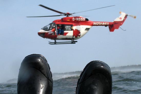 Ein Seenotrettungstraining der Deutschen Rettungsflugwacht auf der Ostsee