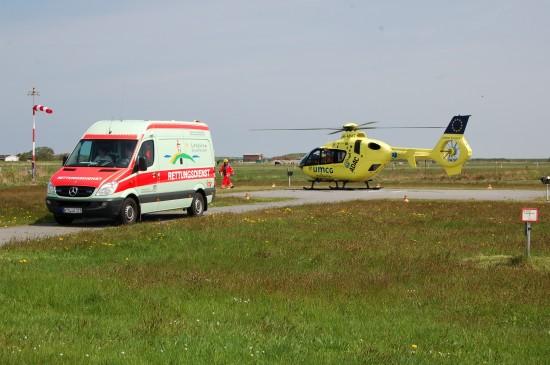 """Der vom ADAC betriebene Traumahelikopter """"Lifeliner Europa 4"""" kommt immer wieder auch auf den ostfriesischen Inseln zum Einsatz (hier im Frühsommer 2013 bei einer Patientenübernahme auf Langeoog)"""