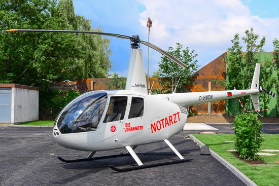 Robinson R44 mit Johanniter-Beklebung als Anschauungsobjekt auf dem Parkplatz des neuen Luftrettungszentrums