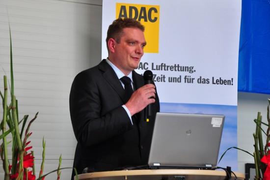 Geschäftsführer der ADAC Luftrettung gGmbH Frédéric Bruder eröffnete und moderierte die Veranstaltung.