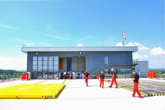 Die neue Station von Christoph 15, Blick auf den Hangar mit Sozialtrakt