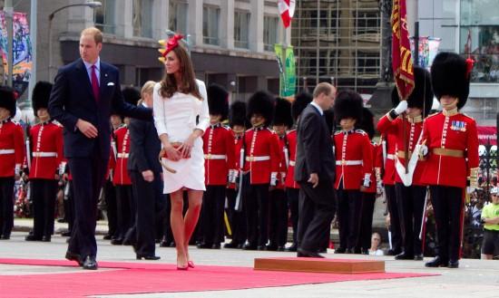 Nicht der übliche Umgang eines Rettungshubschrauber-Piloten: Prinz William (li.), hier bei einem Besuch 2011 in Kanada