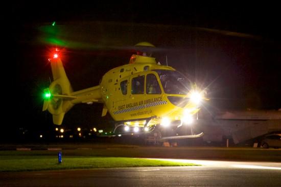 Eine Air Ambulance der EAAA im nächtlichen Einsatz. EAAA hat ihre Einsatzzeiten über die Tagstunden hinaus ausgeweitet