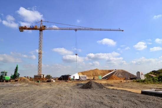 Blick vom zukünftigen Landeplatz in Richtung Station (Osten). Links im Bereich des Krans wird der Verwaltungsbereich mit Ruhe und Aufenthaltsräumen entstehen. Rechts, vor dem Erdwall, werden die beiden Hangars gebaut
