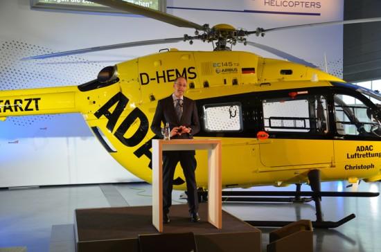 Dr. Wolfgang Schoder, CEO von Airbus Helicopters Deutschland, vor der D-HEMS