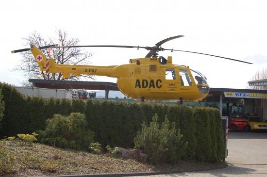 """""""Hilfe, Rat und Schutz"""" für Mitglieder und auch für Nicht-Mitglieder sind die Kernleistungen des ADAC e. V. (hier zu sehen: eine gelbe BO 105 C im RTH-Design im Werkstatthof eines ADAC-Partnerunternehmens)"""