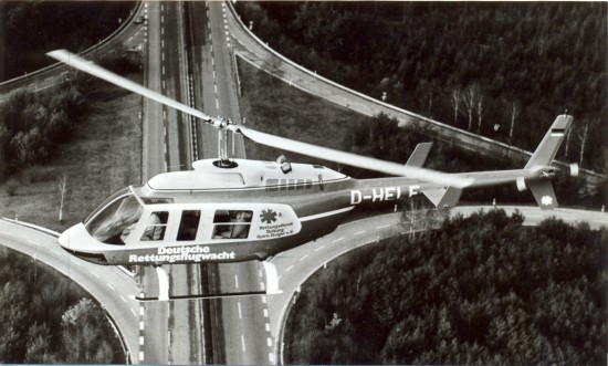 Am ITH-Standort Bremen flog in der Anfangszeit eine Bell 206 Long Ranger (hier eine baugleiche Maschine der Deutschen Rettungsflugwacht im Flug)