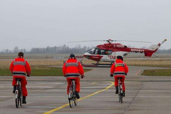 Im Alarmfall per Velo über das Vorfeld zum Helikopter, der übrigens vom Flughafenterminal aus gut sichtbar ist