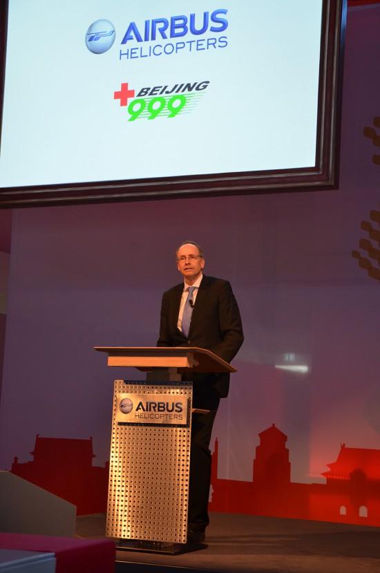 CEO von Airbus Helicopters Deutschland Wolfgang Schoder bei der feierlichen Übergabe