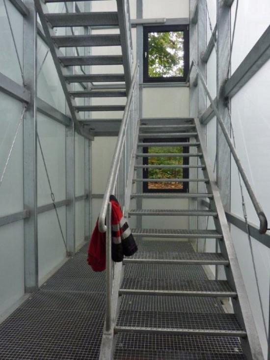 Ein Treppenhaus verbindet die neu geschaffenen Räumlichkeiten mit den bereits bestehenden auf Ebene 1