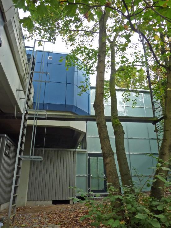 Das Treppenhaus wurde aus Milchglas ausgeführt