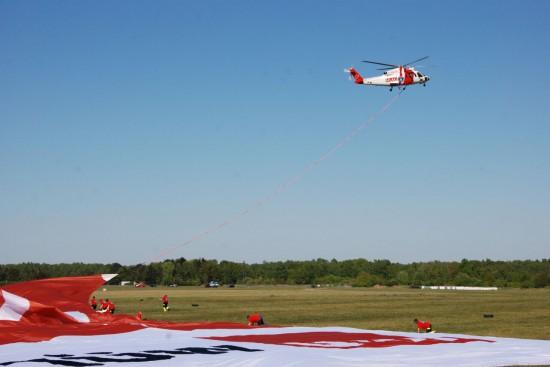 Eines der Betätigungsfelder der HeliJET Charter GmbH: Luftwerbung mit dem weltgrößten Banner. Hier am Flugplatz Uetersen