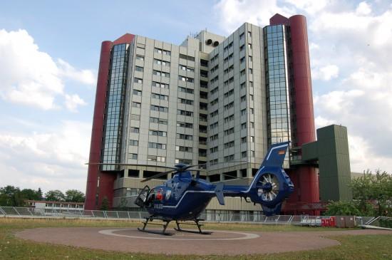 """Das Klinikum Bielefeld, Standort Mitte, wird regelmäßig von RTH und ITH angeflogen (hier die blaue Ersatzmaschine des RTH """"Christoph 13"""")"""