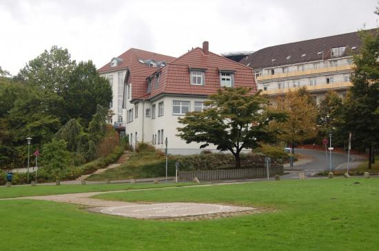 Alt und neu: im Vordergrund der alte Sonderlandeplatz, im Hintergrund der zukünftige auf dem Dach des Gilead I