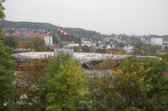 Fast fertig: der neue Landeteller auf dem Dach des Gilead I (von der Sparrenburg aus gesehen & fotografiert)