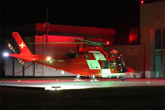 Eine Maschine der REGA, eine Agusta AW109SP mit zwei Turbinen, im Nachteinsatz