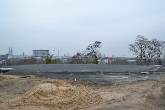 Start- und Landeplatz mit den Fundamenten für die Löschmittelwerferanlage in Blickrichtung Westen (Deutz, Stadtmitte)