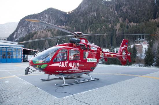 """Der Hubschrauber der """"Aiut Alpin Dolomites"""" in Pontives."""