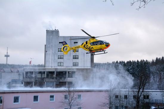 """Der Siegener RTH """"Christoph 25"""" startet zu einem neuen Einsatz. Im Hintergrund zu sehen: der mögliche neue Standort des Luftrettungszentrums"""