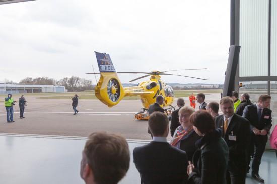 Gespannt warten die Gäste auf den Start der neuen H 135.