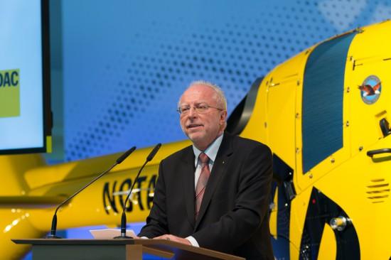 Der ADAC Präsident Dr. August Markl bei seiner Rede vor der neuen Maschine.