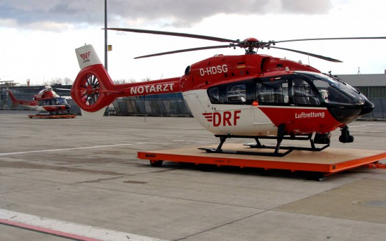"""Vorne: Die neue H 145 """"D-HDSG"""", im Hintergrund die bis zur Typenumstellung eingesetzte Bell 412 """"D-HHAA""""."""